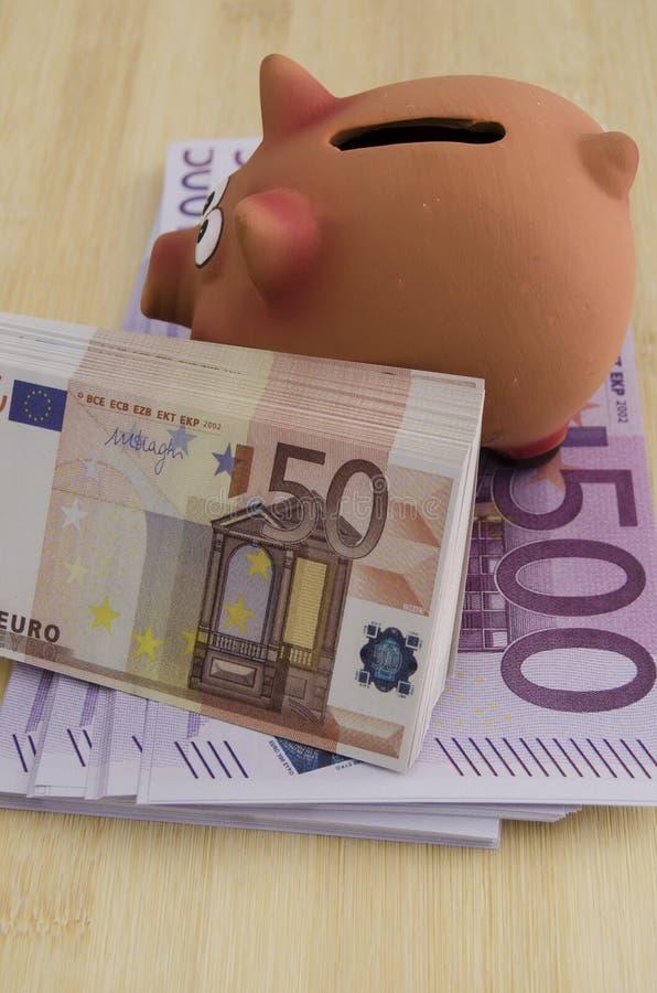 500 i 50 euro rachunków z prosiątko bankiem fotografia stock