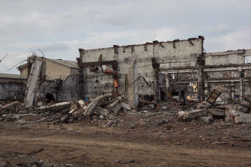 I fabbricati industriali distrutti, possono essere usati come demolizione, la guerra, la bomba, il attacco terroristico, il terre fotografia stock