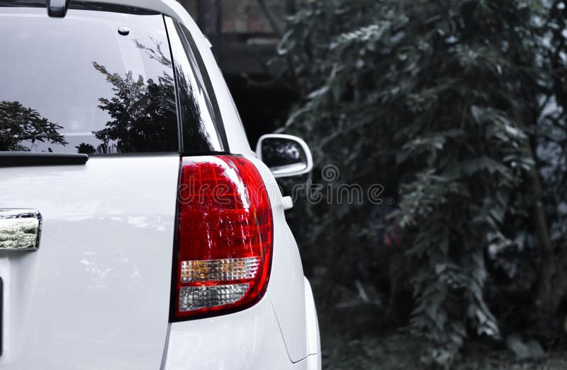 I fanali posteriori rossi dell'automobile sembrano moderni con le immagini di sfondo in bianco e nero immagine stock libera da diritti
