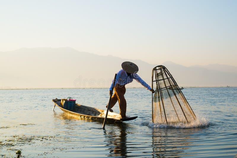 I fermi dei pescatori pescano per alimento nell'alba nel lago Inle fotografie stock libere da diritti