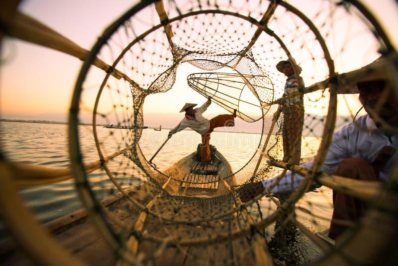 I fermi dei pescatori pescano per alimento nell'alba nel lago Inle fotografia stock libera da diritti