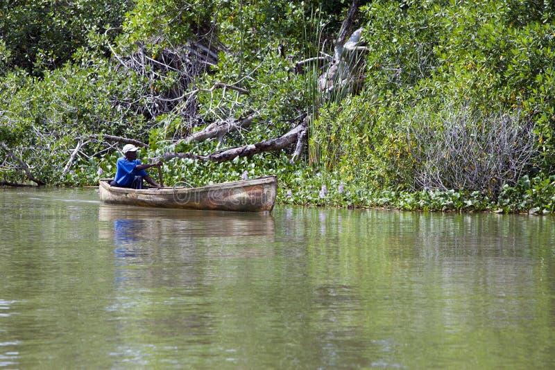 I fermi locali del pescatore pescano in fiume nero fotografie stock libere da diritti