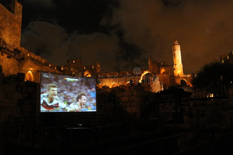 I finali di coppa del Mondo 2014, Germania vince - l'osservazione pubblica alla torre antica di David alla notte fotografie stock libere da diritti