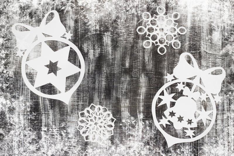 I fiocchi di neve hanno tagliato di carta su fondo scuro con spazio per il tema di Natale del testo immagine stock libera da diritti