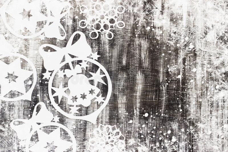 I fiocchi di neve hanno tagliato di carta su fondo scuro con spazio per il tema di Natale del testo fotografia stock libera da diritti