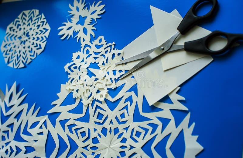 I fiocchi di neve di Natale hanno tagliato da carta fotografie stock