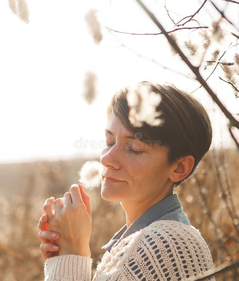 I fiori del campo della ragazza della tenerezza odorano la freschezza del profumo immagini stock libere da diritti