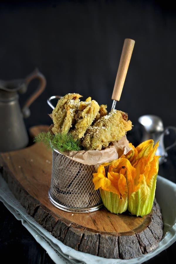 I fiori della zucca e dello zucchini hanno fritto, cucina italiana tradizionale Copi lo spazio fotografie stock libere da diritti
