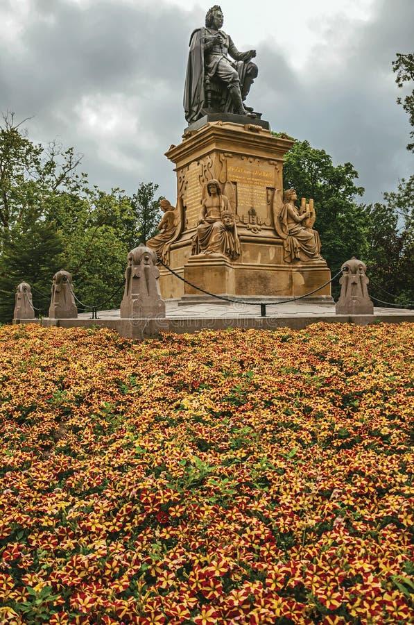 I fiori ed il monumento con la statua di Joost Van Den Vondel a Amsterdam parcheggiano immagini stock