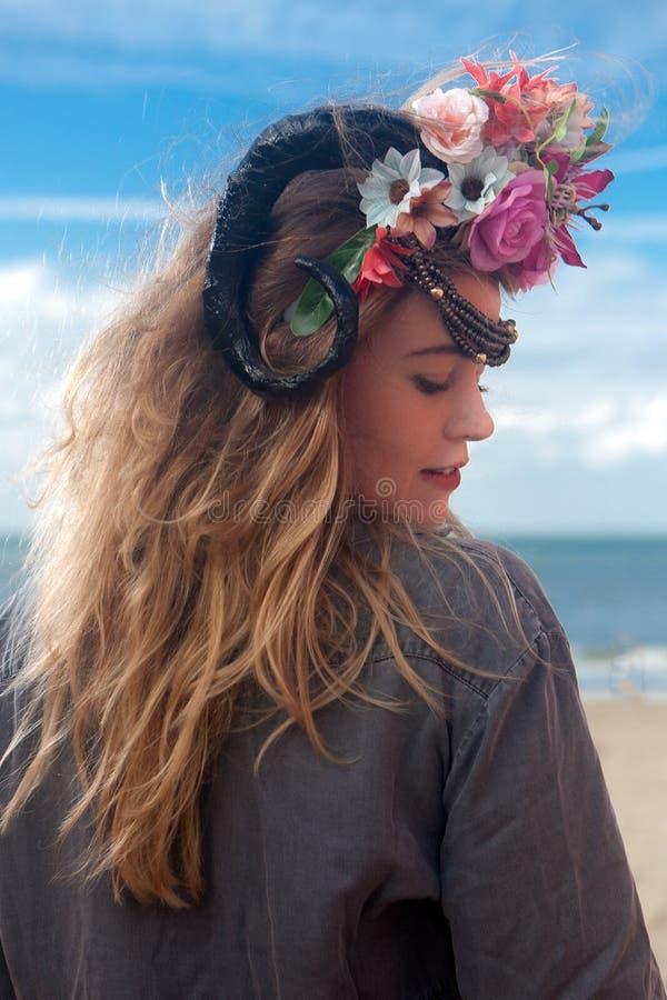 I fiori posteriori della spiaggia della donna incoronano, De Panne, Belgio fotografia stock