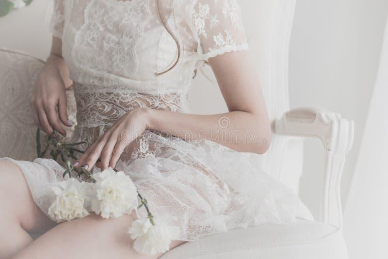 I fiori si trovano sul rivestimento di una ragazza immagine stock libera da diritti