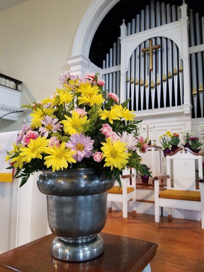 I fiori sulla chiesa si alterano fotografia stock libera da diritti