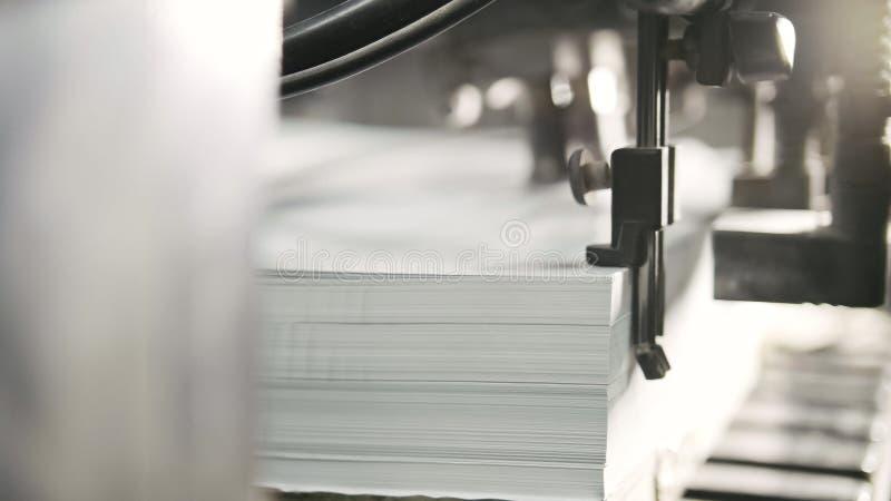 I fogli di carta stampati sono serviti nel torchio tipografico Contrappeso, CMYK fotografie stock