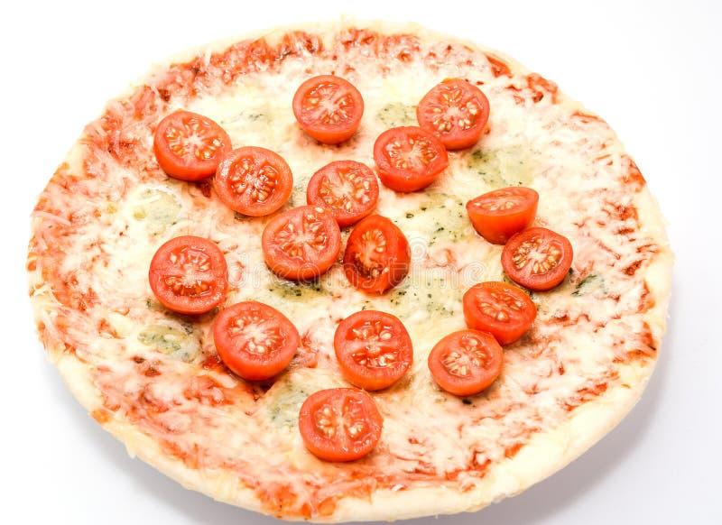 I formaggi della pizza quattro con i pomodori ciliegia si chiudono sull'isolato su immagini stock libere da diritti