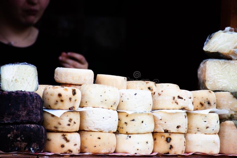 I formaggi sani italiani dell'artigiano hanno visualizzato ad un negozio della via fotografie stock libere da diritti
