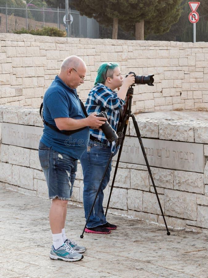 I fotografi preparano l'attrezzatura della foto per la fucilazione al Mt Scopus a Gerusalemme in Israele immagini stock libere da diritti