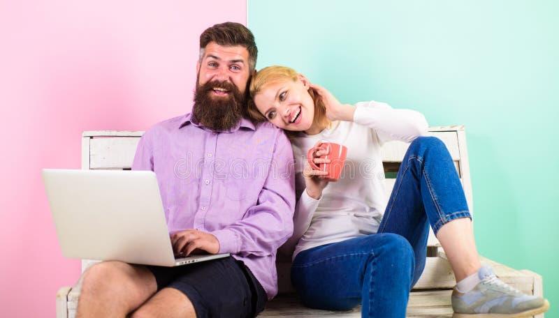 I fronti sorridenti allegri delle coppie gradiscono il film della commedia La famiglia felice gode di video film divertente e del immagini stock