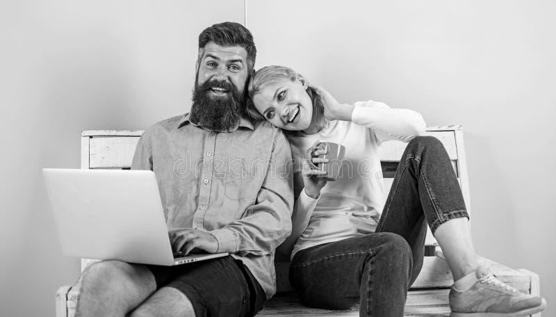 I fronti sorridenti allegri delle coppie gradiscono il film della commedia La famiglia felice gode di video film divertente e del fotografie stock
