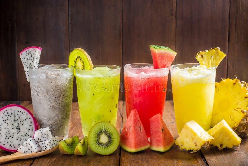 I frullati della frutta con il drago fruttificano, kiwi, l'anguria, l'ananas o fotografie stock libere da diritti