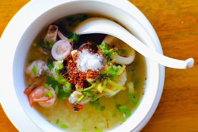 I frutti di mare della poltiglia hanno bollito la prima colazione deliziosa Tailandia FO dei frutti di mare del riso immagine stock libera da diritti