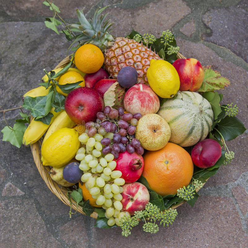 I frutti misti in un canestro del rattan con l 39 edera for Decorazione a canestro