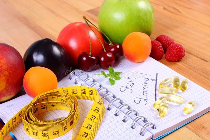 I frutti, riducono in pani i supplementi ed il centimetro con il taccuino, il dimagramento e l'alimento sano immagini stock libere da diritti