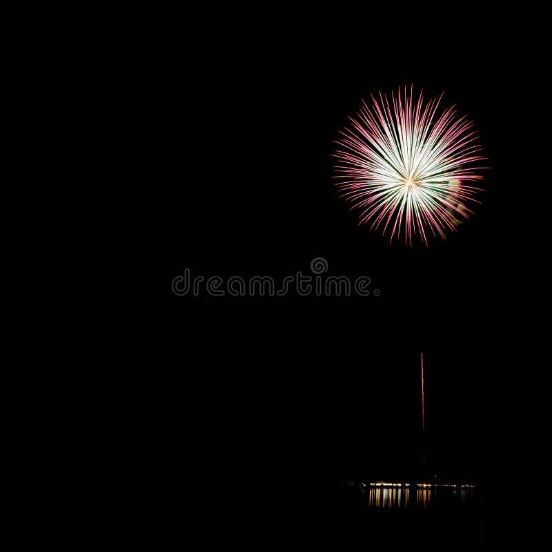 I fuochi d'artificio accendono il cielo con l'esposizione dell'abbagliamento immagini stock