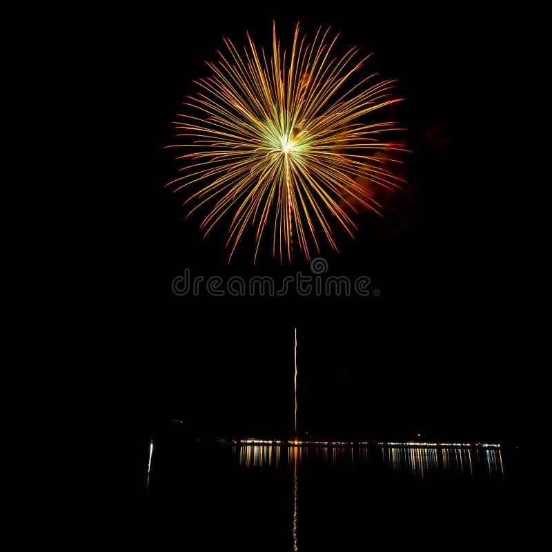I fuochi d'artificio accendono il cielo con l'esposizione dell'abbagliamento immagine stock
