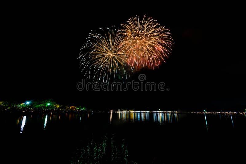 I fuochi d'artificio accendono il cielo con l'esposizione dell'abbagliamento fotografie stock