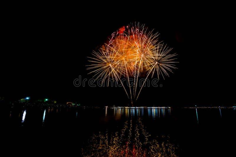 I fuochi d'artificio accendono il cielo con l'esposizione dell'abbagliamento fotografia stock libera da diritti