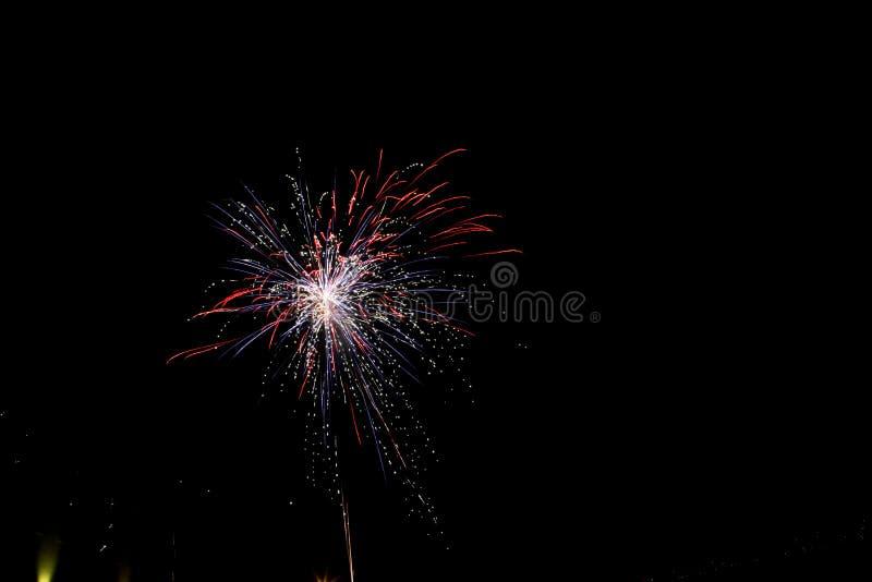 I fuochi d'artificio accendono il cielo con l'esposizione dell'abbagliamento fotografia stock