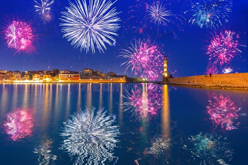 I fuochi d'artificio del nuovo anno visualizzano al porto di Chania fotografia stock libera da diritti
