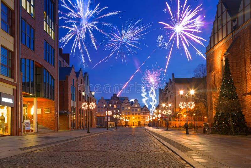 I fuochi d'artificio del nuovo anno visualizzano alla vecchia città di Elblag immagini stock