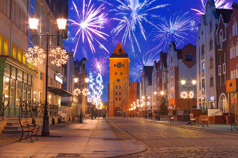 I fuochi d'artificio del nuovo anno visualizzano alla vecchia città di Elblag fotografie stock libere da diritti