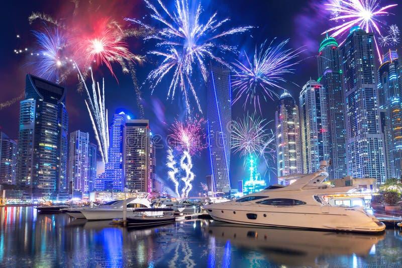 I fuochi d'artificio del nuovo anno visualizzano nel porticciolo del Dubai fotografia stock libera da diritti