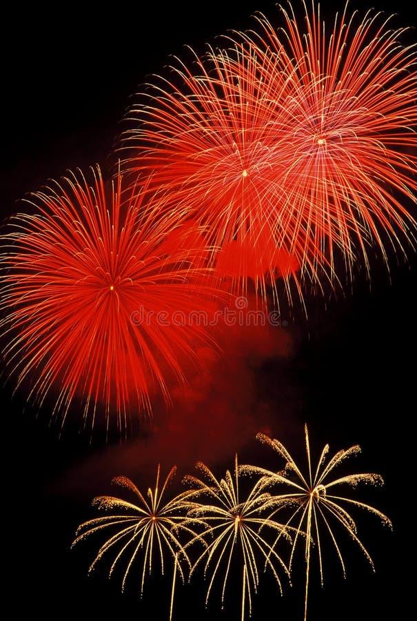 I fuochi d'artificio dell'abbagliamento scoppia sopra il lago Tahoe immagini stock