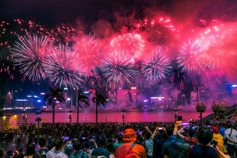 I fuochi d'artificio dell'esposizione dei fuochi d'artificio di festa nazionale accendono Victoria Harbour di Hong Kong immagini stock libere da diritti