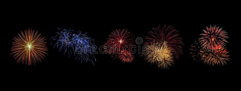 I fuochi d'artificio di colore messi si accendono sul cielo con l'esposizione dell'abbagliamento su fondo nero fotografia stock