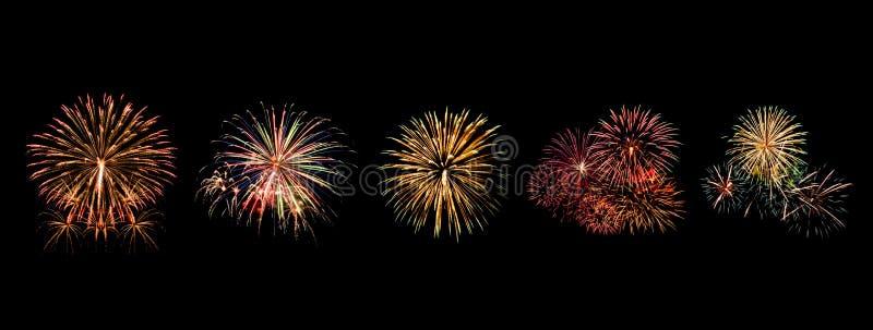 I fuochi d'artificio di colore messi si accendono sul cielo con l'esposizione dell'abbagliamento su fondo nero fotografie stock