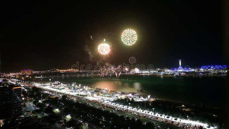 I fuochi d'artificio epici visualizzano nella città - strada del corniche di Abu Dhabi immagine stock libera da diritti
