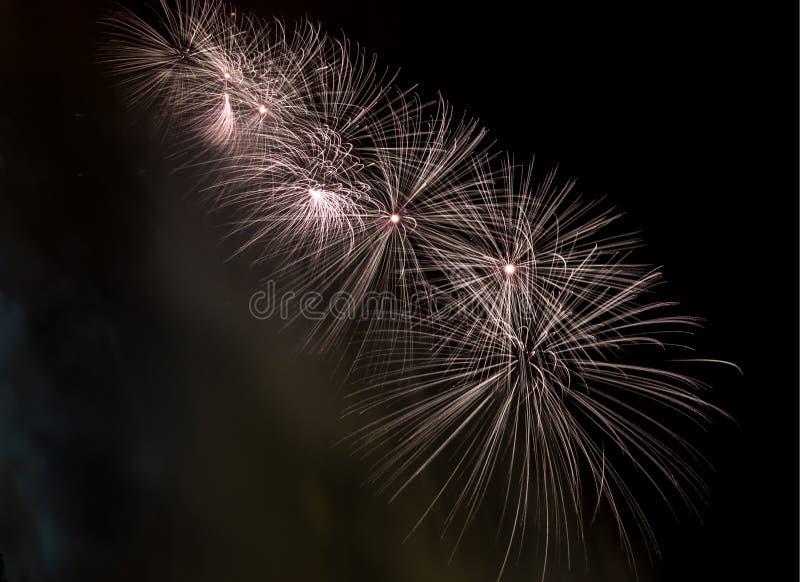 I fuochi d'artificio esplodono brillare con i risultati dell'abbagliamento a Mosca, Russia 23 febbraio celebrazione fotografie stock