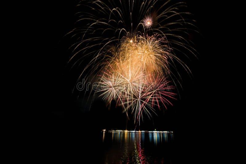 I fuochi d'artificio si accendono immagini stock