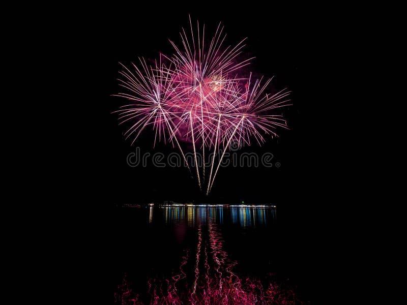 I fuochi d'artificio si accendono fotografia stock libera da diritti