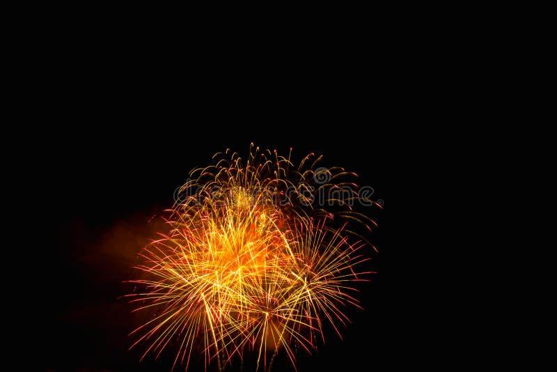 I fuochi d'artificio si accendono sul cielo nell'esposizione dell'abbagliamento di notte fotografia stock libera da diritti