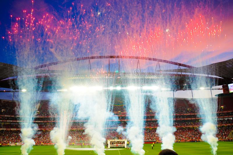I fuochi d'artificio stadio di calcio, vittoria di calcio, mette in mostra il gioco fotografie stock libere da diritti