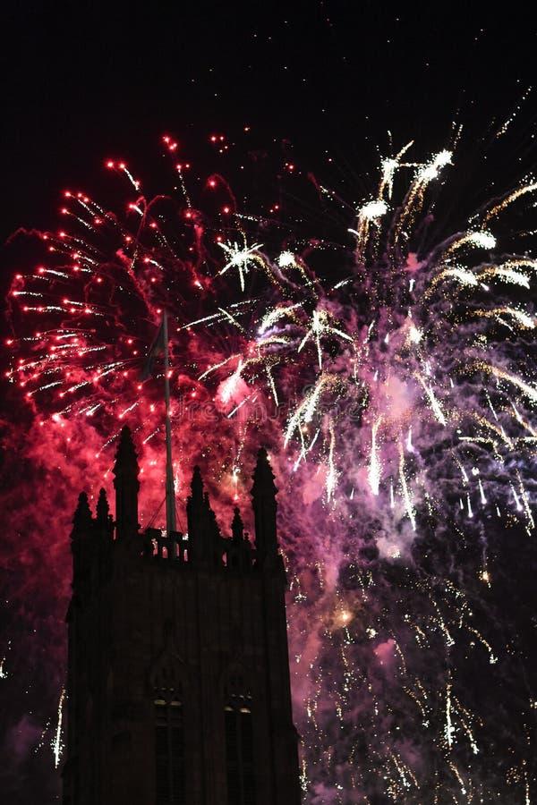I fuochi d'artificio visualizzano con una torre nella priorità alta fotografie stock