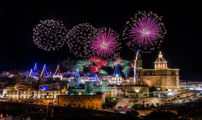 I fuochi d'artificio visualizzano per la festività del villaggio della nostra signora a Mellieha - Malta fotografia stock libera da diritti