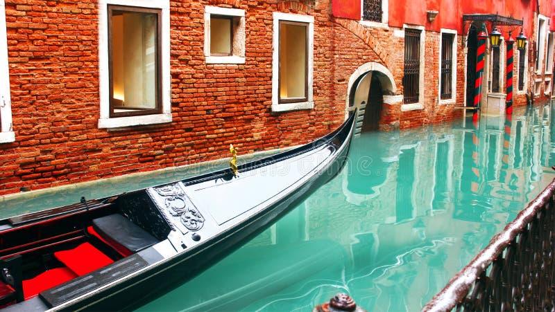 I galleggianti della gondola sul canale di Venezia sui precedenti di vecchia costruzione di mattone, perdono-su, Venezia Venezia, fotografia stock libera da diritti