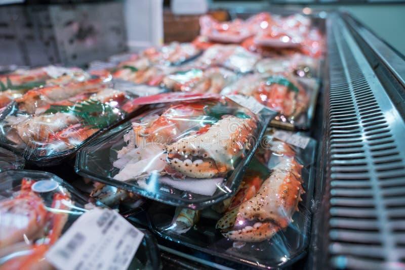 I gamberetti arrostiti ed il granchio sulla griglia sono fuoco e cucinato nel mercato ittico, Giappone immagini stock