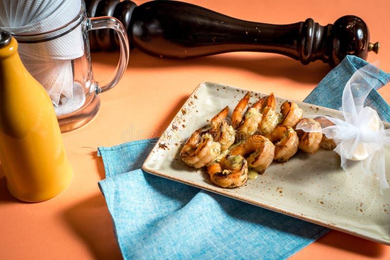 I gamberetti arrostiti fritti in piatto con il limone si inverdisce l'aglio del prezzemolo fotografie stock libere da diritti